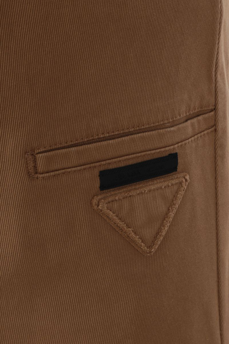 PRADA: pantalone slim-fit in gabardine di cotone Colore Marrone_3