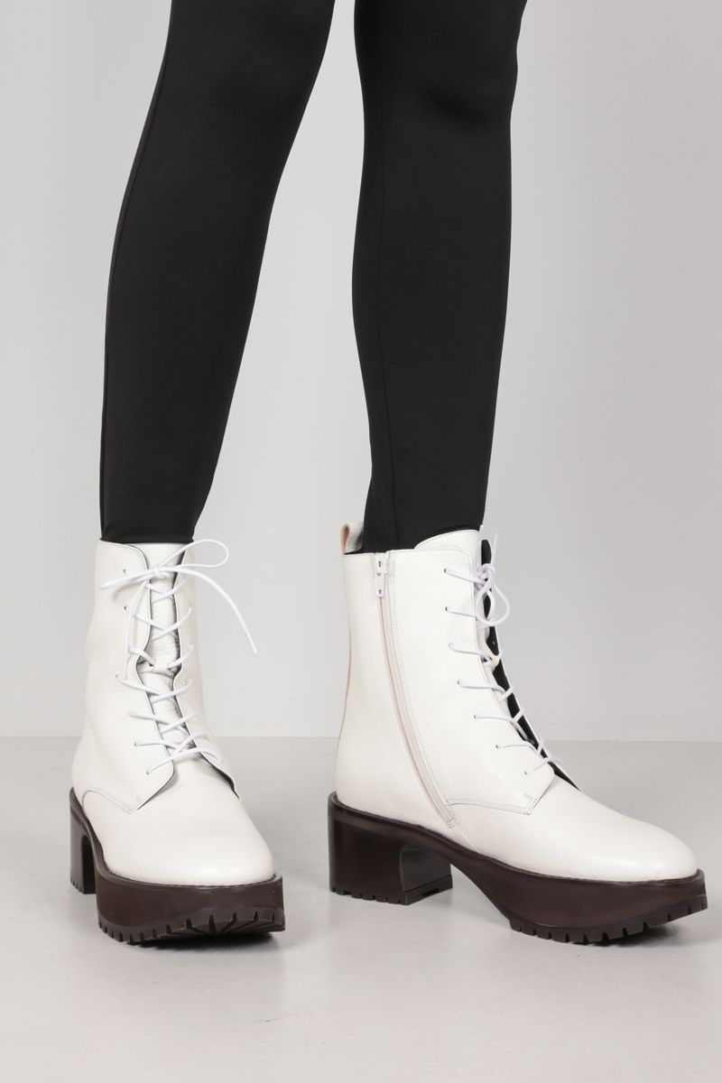 BY FAR: Cobain grainy leather combat boots Color White_2