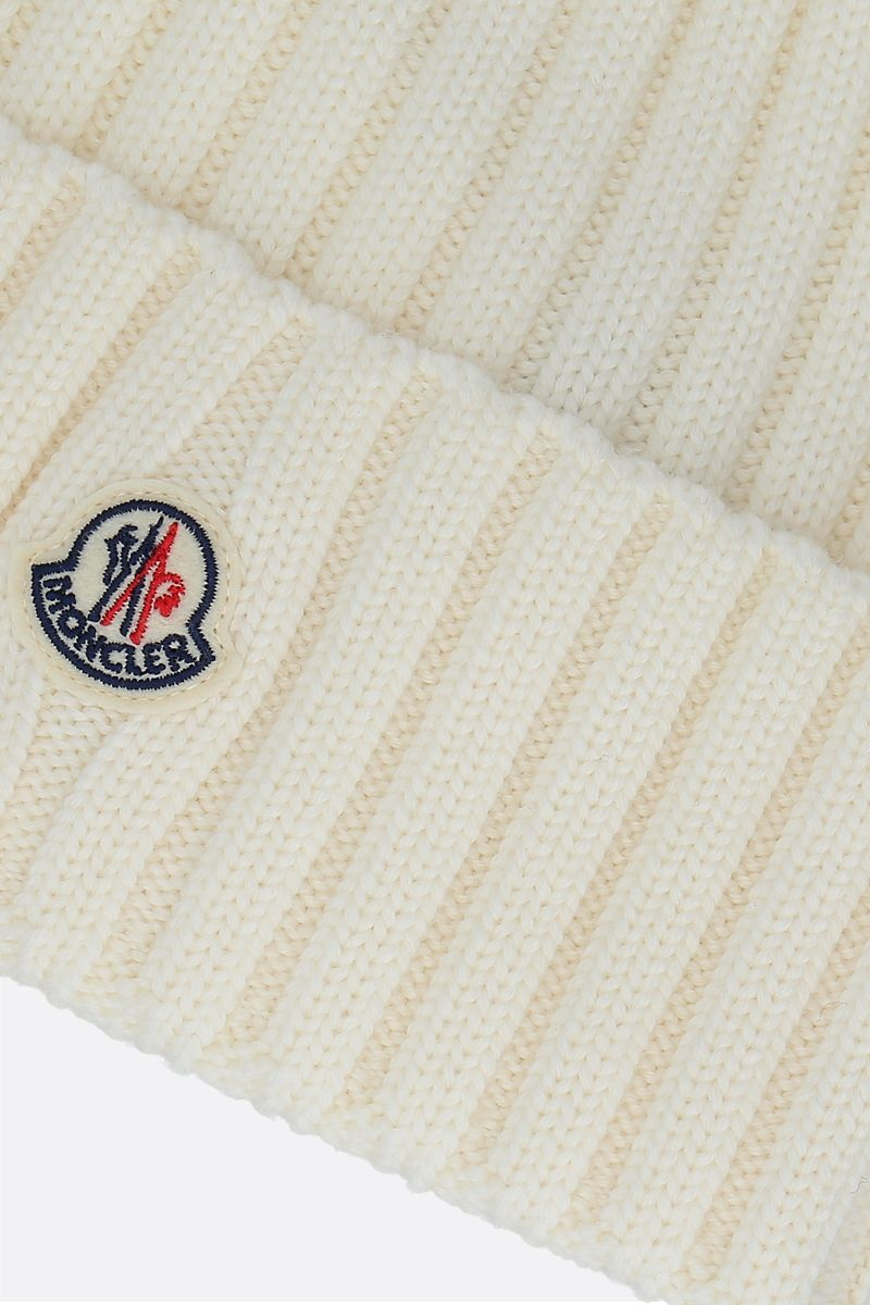 MONCLER: berretto in lana a costine patch logo Colore Neutral_3