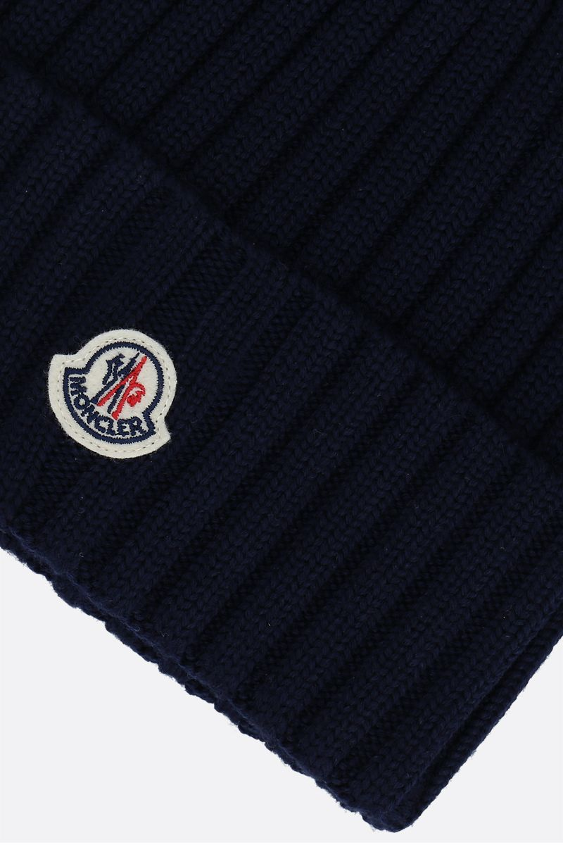 MONCLER: berretto in lana a costine patch logo Colore Blue_3