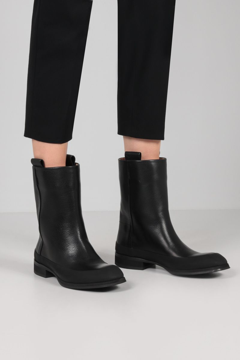 THE ROW: Grunge grainy leather boots Color Black_2