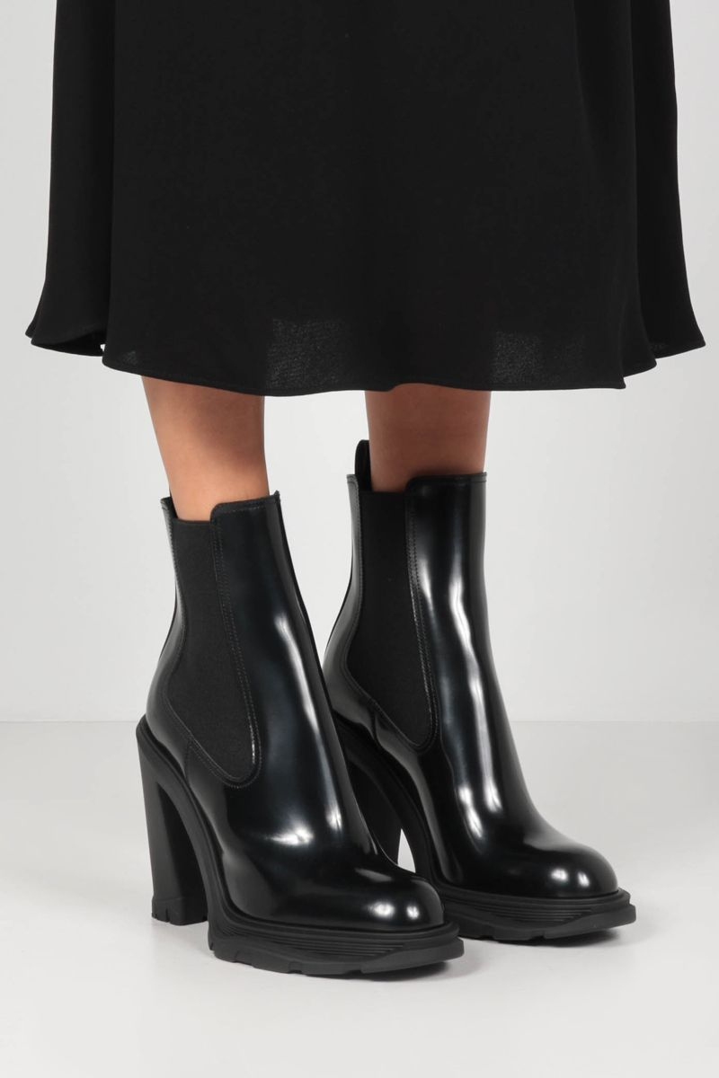 ALEXANDER McQUEEN: Tread brushed leather chelsea boots Color Black_2