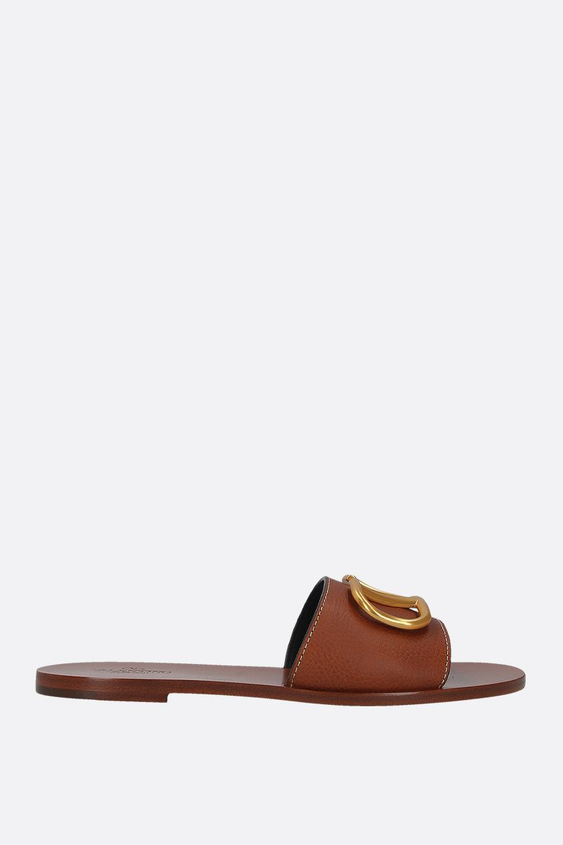 VALENTINO GARAVANI: VLOGO grainy leather flat sandals Color Brown_1