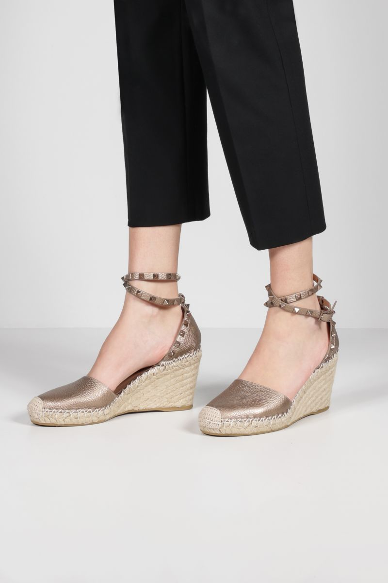 VALENTINO GARAVANI: Rokstud Double laminated leather wedge espadrilles Color Neutral_2